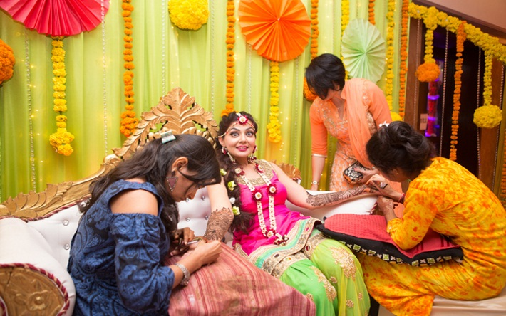 Mehndi Ceremony Zara : Saurabh pandey and zara barring have a traditional mehendi